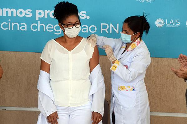 """Edilma Pereira da Silva49 anosTécnica de EnfermagemFuncionária do Hospital de Campanha de São Gonçalo do Amarante""""Estou me sentindo privilegiada"""""""
