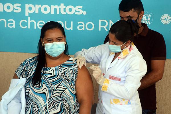 """Renata de Souza Carneiro Martins29 anosTécnica de EnfermagemCentro Covid-19 de Extremoz""""O pior é a doença. Tem de se vacinar. O primeiro passo é essa vacina que trará a cura. Estou muito feliz"""""""