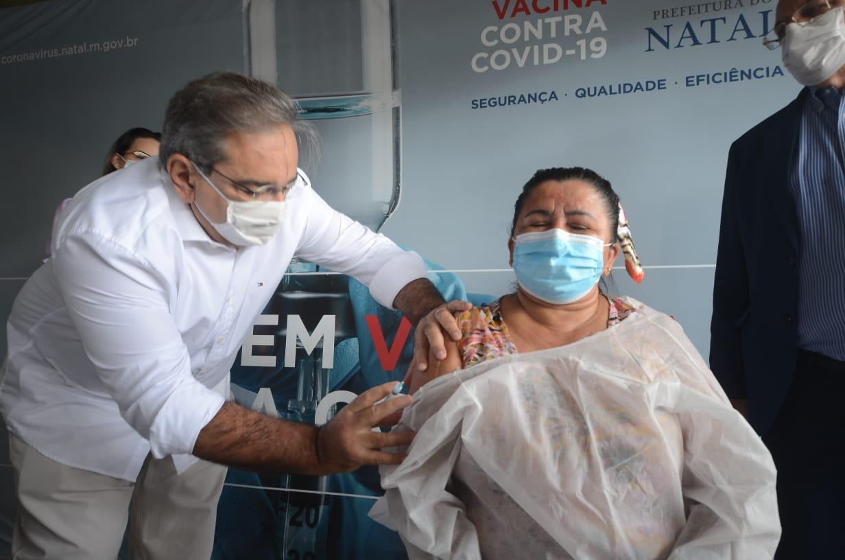 Álvaro Dias, que é médico pediatra, aplicou a primeira dose da Coronavac em Ednalva Maurício