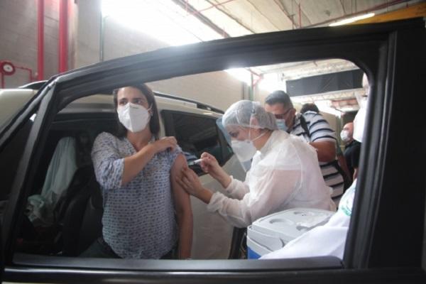 Vacinação da covid-19 acontece em esquema de drive-thru para profissionais da saúde