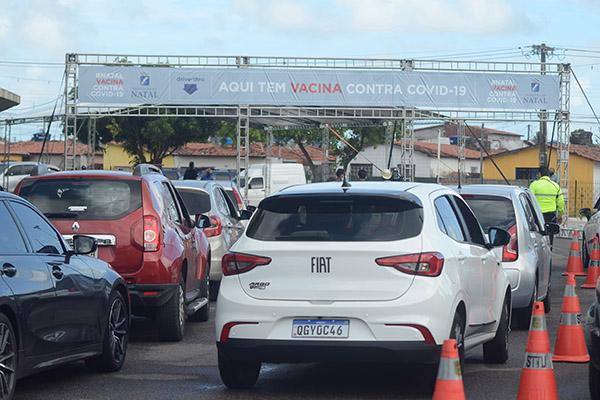 Longas filas se formaram no início da manhã desta quarta-feira (20) no entorno do estacionamento do Ginásio Nélio Dias, na zona Norte, com profissionais de saúde