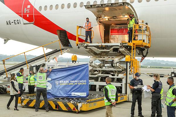 Doses da vacina chegam trazidas da Índia em voo comercial da companhia Emirates e serão destruídas aos estados a partir deste sábado