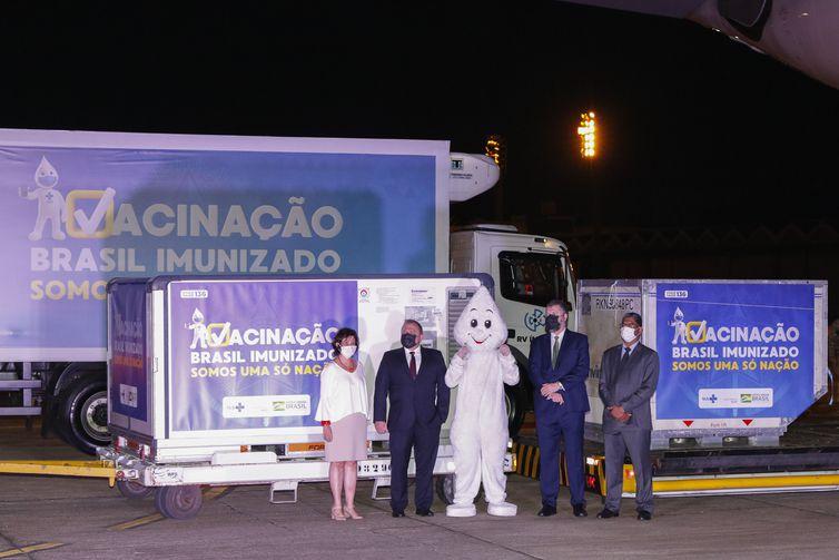 Ministros da Saúde, Eduardo Pazuello, das Relações Exteriores, Ernesto Araujo, o embaixador da Índia no Brasil, Suresh Reddy, e a presidente da Fiocruz, Nísia Trindade