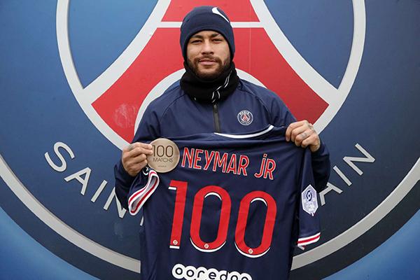 O atacante Neymar posou para as fotos oficiais do site do clube