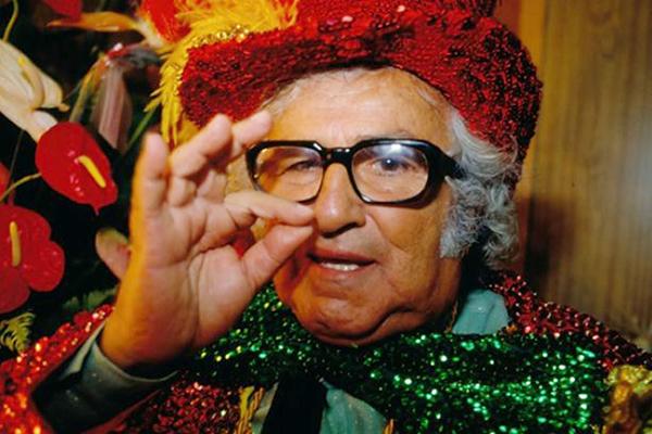 O filme mostra desde o início da carreira do pernambucano Abelardo Barbosa como locutor de rádio até sua genialidade na TV