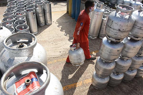 Gás de cozinha nas refinarias teve o terceiro reajuste do ano. Preço final deve subir em mais de R$ 7