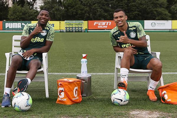 Alan Patrick (esquerda) e Gabriel Veron durante treino realizado no CT do Palmeiras, em SP