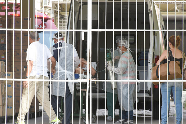 Número de pacientes internados voltou a subir após as aglomerações do período eleitoral. Festas de réveillon, veraneio e carnaval pioraram situação da pandemia