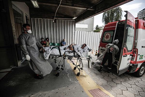 Com super lotação nos hospitais e crescente falta de leitos, os pacientes precisam ser transferidos em Florianópolis