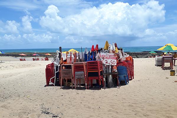 No final de semana, cena mais comum nas praias urbanas era a do guarda-sol e mesas guardadas