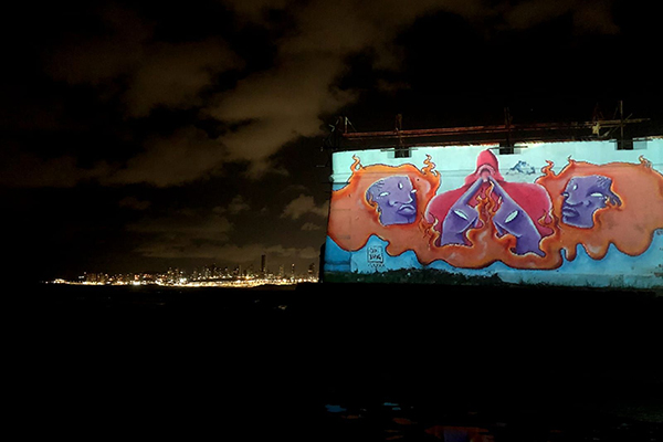 As intervenções (projeções) no Forte chamaram a atenção de banhistas da praia da Redinha