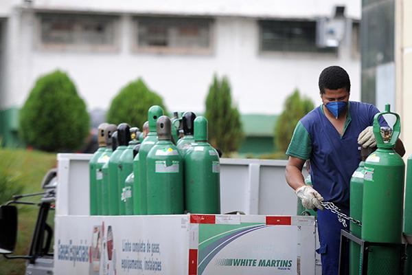 Com o aumento da procura por internações em UTIs, hospitais reforçam o estoque de cilindros de oxigênio