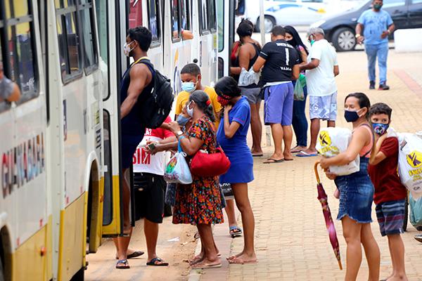 Em horários de pico, populares que dependem do transporte público em Natal não conseguem seguir regra de distanciamento social