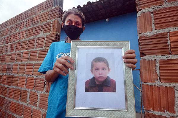 Ozenilda das Dores carrega no nome o sentimento desde que o filho de oito anos sumiu e posteriormente foi encontrado sem vida