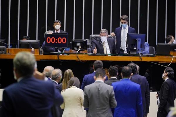 Arthur Lira coordenada a votação do projeto de lei no plenário da Câmara dos Deputados