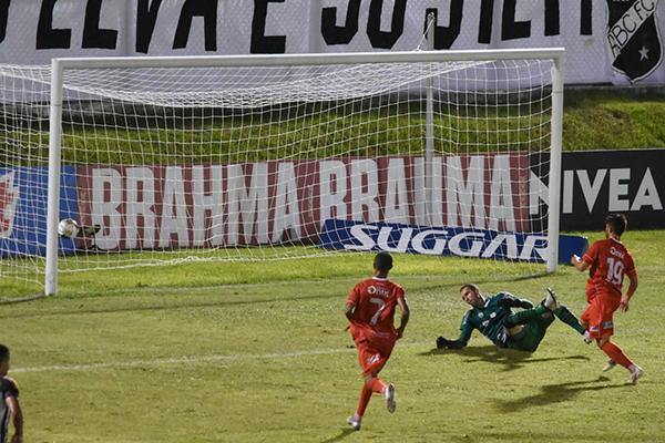 Aos 49 minutos do segundo tempo o ABC tinha a bola no ataque, perdeu e, no contra golpe, tomou o gol do empate no Frasqueirão