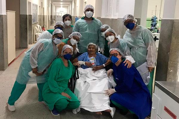 Beatriz de Lima, de 100 anos, conseguiu se recuperar da covid-19 e recebeu alta
