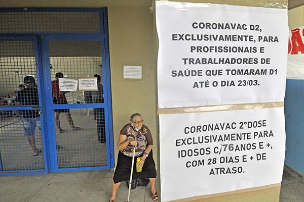 Milhares de idosos aguardam a chegada de doses da CoronaVac para concluírem o ciclo vacinal contra a covid-19 em todo o Estado