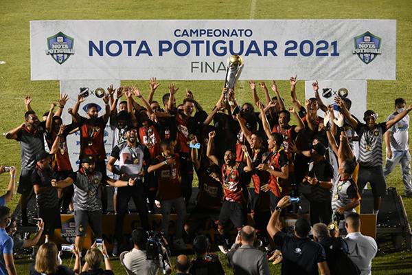 Os jogadores do Globo receberam o troféu de campeão do Estado e fizeram uma grande festa no gramado do estádio Frasqueirão