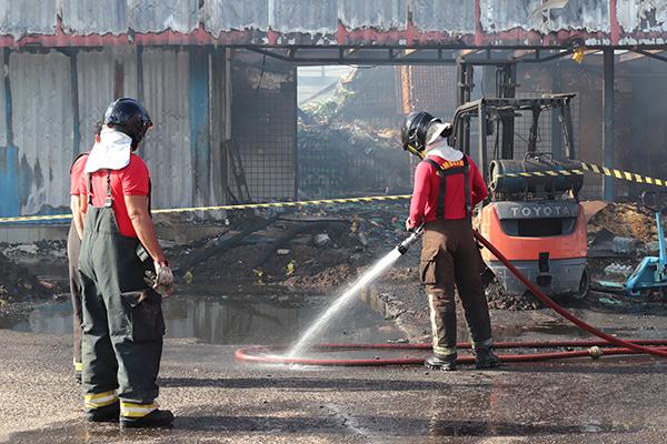 Bombeiros atuaram durante todo o dia de ontem para conter as chamas do depósito da empresa Mar Vermelho, na Ceasa