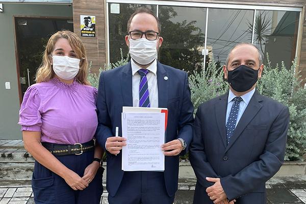 No centro, Ricardo Lucena, presidente em exercício;à direita Marcílio Mesquita, tesoureiro; e Valderice Nóbrega, diretora de saúde