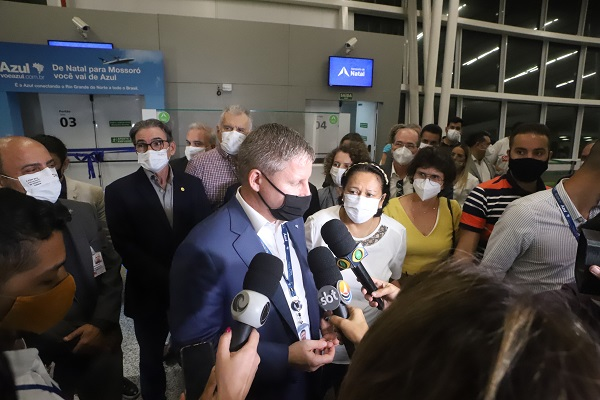 John Rodgerson (Azul) e Fátima Bezerra no lançamento do voo