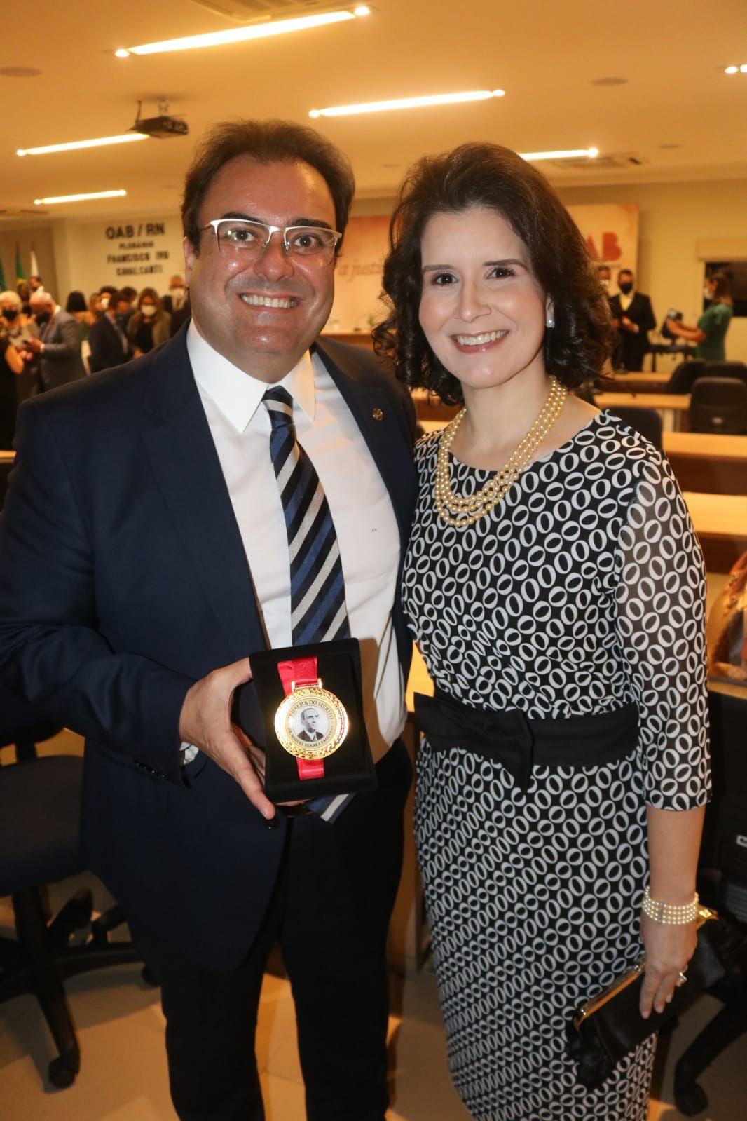 Edson Faustino recebeu a comenda do Mérito Desembargador Miguel Seabra Fagundes, pelo DIA DO ADVOGADO, acompanhado de sua esposa, a juíza Adriana Magalhães Faustino