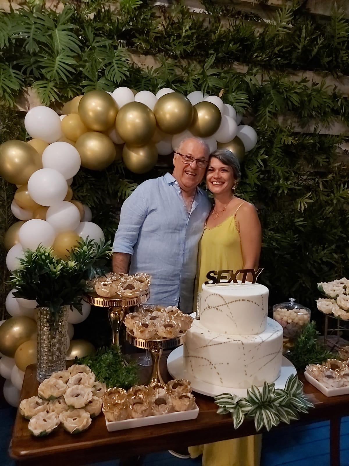 O novo sessentão Eridson Medeiros em pose com sua namorada Catarine Araújo, na festa de seus 60 anos, no restaurante Shalimar, em Pipa.