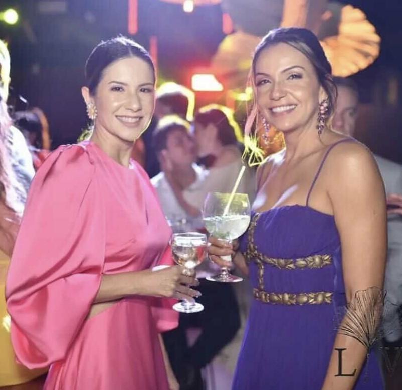 Chiques e elegantes, as irmãs Renata e Renalle Diniz no casório bombástico de Larissa e Vinicio, no Condomínio Alto de Búzios, na praia de Búzios.