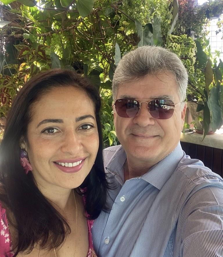 O empresário e advogado Fred Pires abre o dia cantando parabéns para sua amada, a médica Angélica Faustino, que amanhece em ritmo de idade nova.