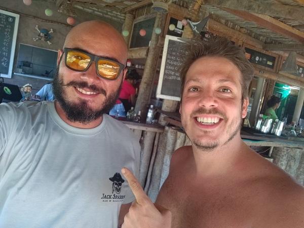 1- O ator e humorista Fabio Porchat foi a sensação do feriadão em São Miguel do Gostoso. Circulou por bares e restaurantes da cidade. Uma das paradas foi no badaladíssimo Jack Sparrow, na praia do Santo Cristo.