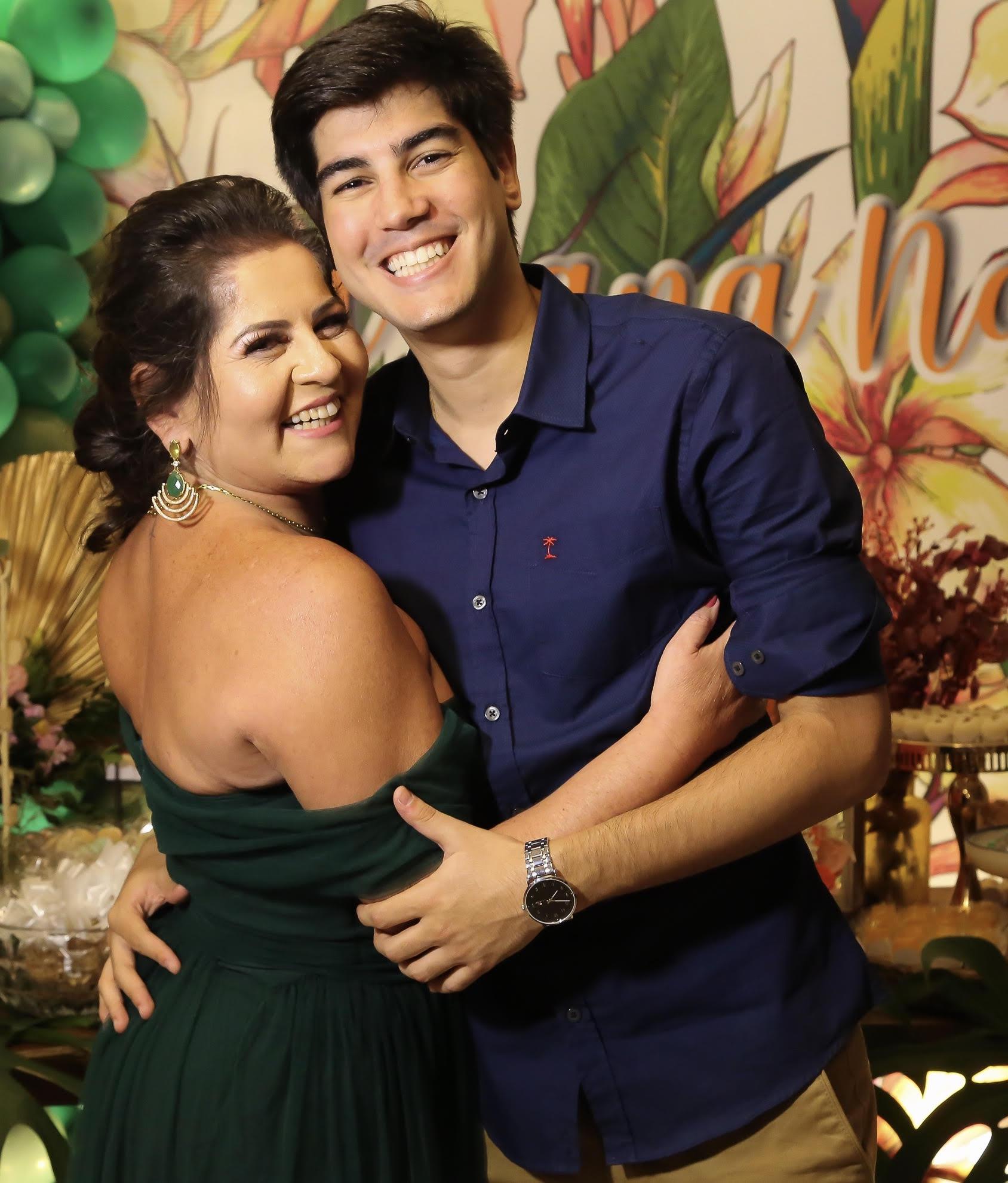 A aniversariante Adriana Naby recebendo o carinho do filho Matheus Salha, na festa de seus 50 anos, em Renata Motta.