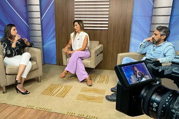 Psicóloga Bárbara França (à esquerda) e Rodrigo Bezerra falaram sobre apoio psicológico aos servidores em especial na TV Assembleia, apresentado por Ohara Oliveira