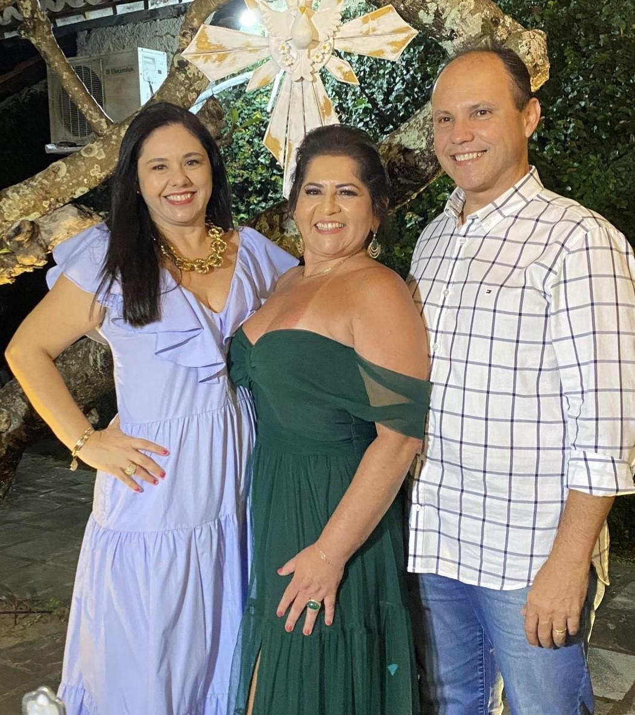 A aniversariante Adriana Naby recebe o carinho do casal Rejane/Albany Dutra, na festa de seus 5.0, em Renata Motta.