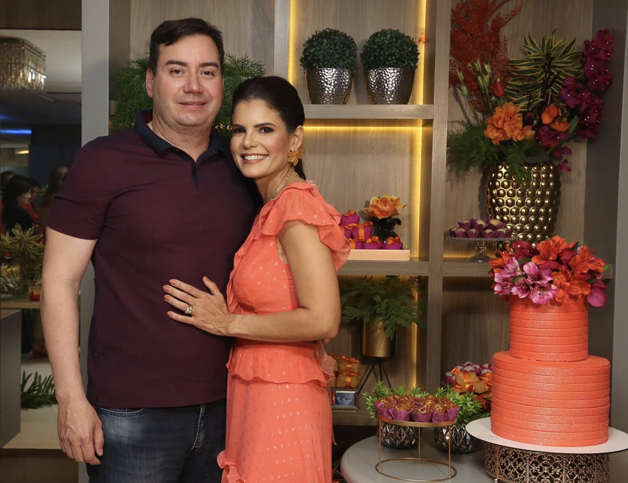 A elegante Luciana Ribeiro compartilhou os festejos do aniversário na noite de quinta passada, com o maridão Marco Aurélio Ribeiro.