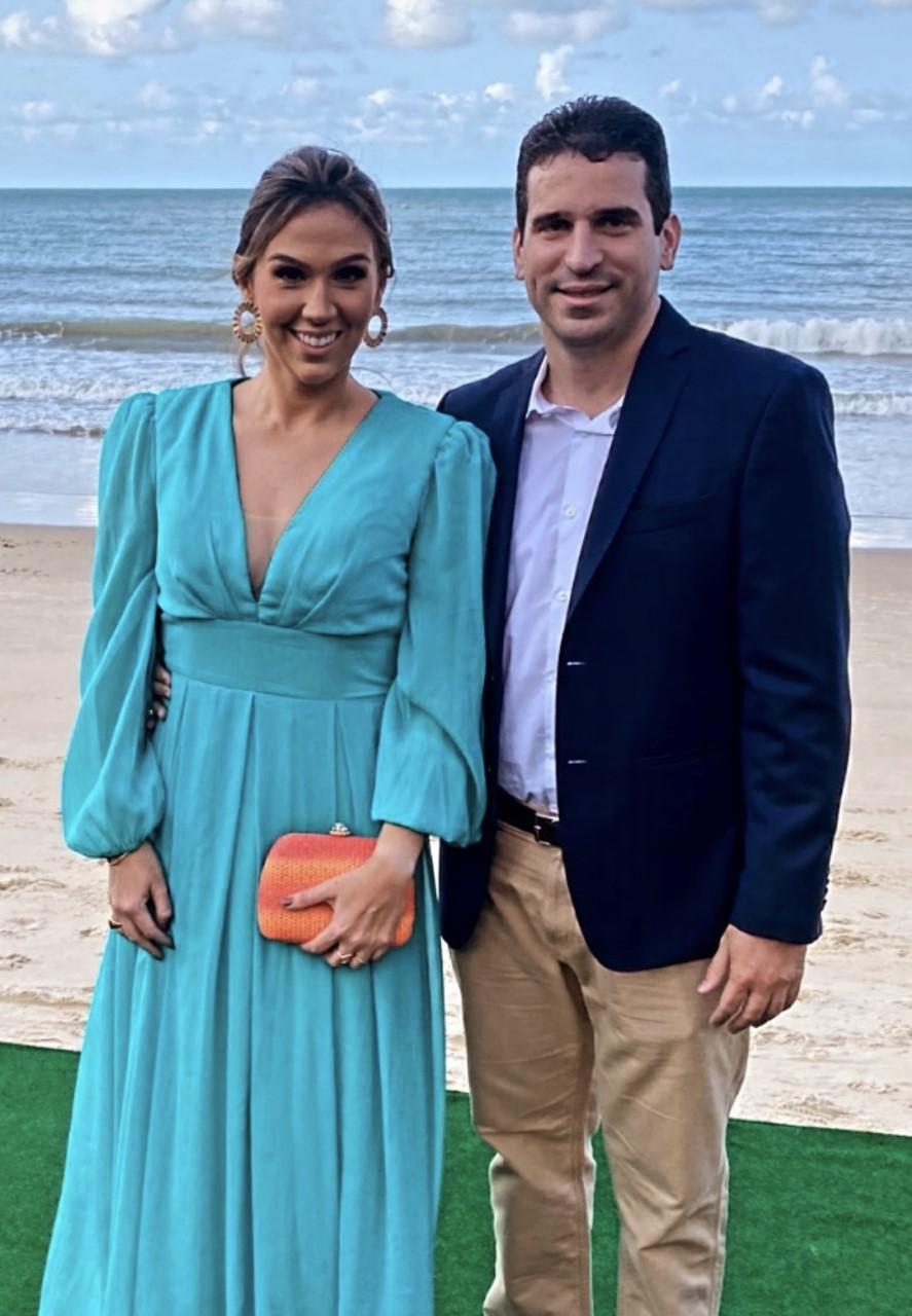 Em tarde de casório alinhado nos mares do Sul, a elegância e discrição do casal Larissa Simonetti e Joca Ferreira de Souza.