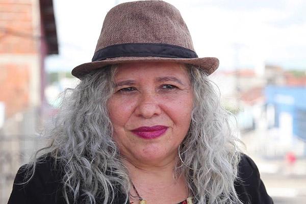 Claudia Borges conta de um encontro de cordelistas em que ela era a única mulher e foi deixada por último. O filme retrata essa e outras histórias com a sensibilidade da diretora Fernanda Soares