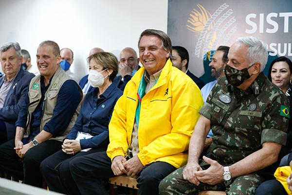 """Jair Bolsonaro leu para os apoiadores o artigo 1º da Carta Magna, segundo o qual """"todo o poder emana do povo"""""""