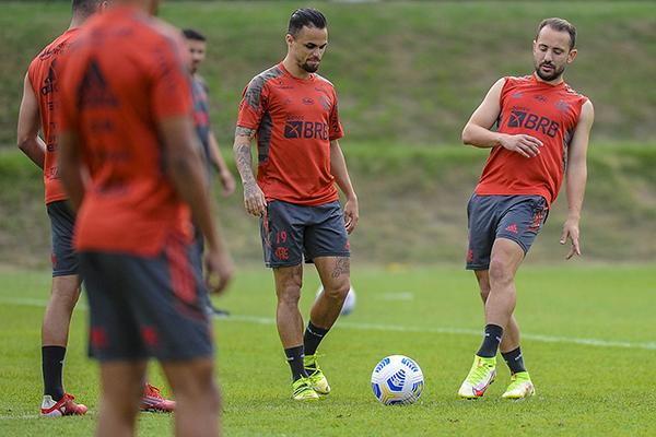 Em campo, Renato Gaúcho fez mistério, mas deve escalar equipe mista com reservas como Michel e titulares como Éverto Ribeiro
