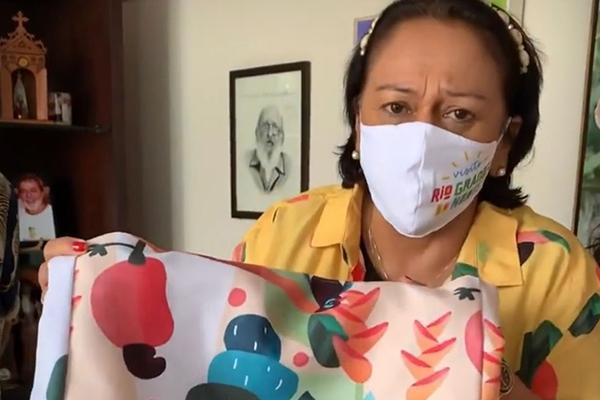 """1- Garota propaganda-A governadora Fátima Bezerra mostrou nas redes sociais nova coleção das lojas Riachuelo em homenagem ao RN. Muitos cajus nas peças para o verão. A governadora demonstrou que adorou o """"recebido""""."""