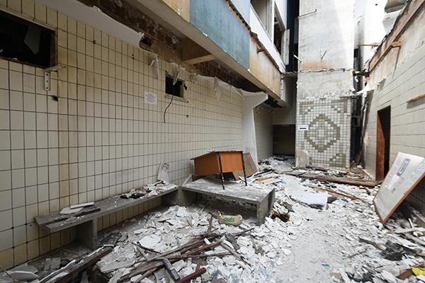 Cômodos do prédio do antigo Ruy Pereira foram depredados e estão cheios de lixo