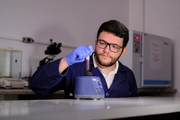Na medicina, as nanopartículas de ouro despertam interesse em virtude de suas propriedades farmacológicas, que permitem a maior solubilidade, absorção e entrega de fármacos aos órgãos alvo