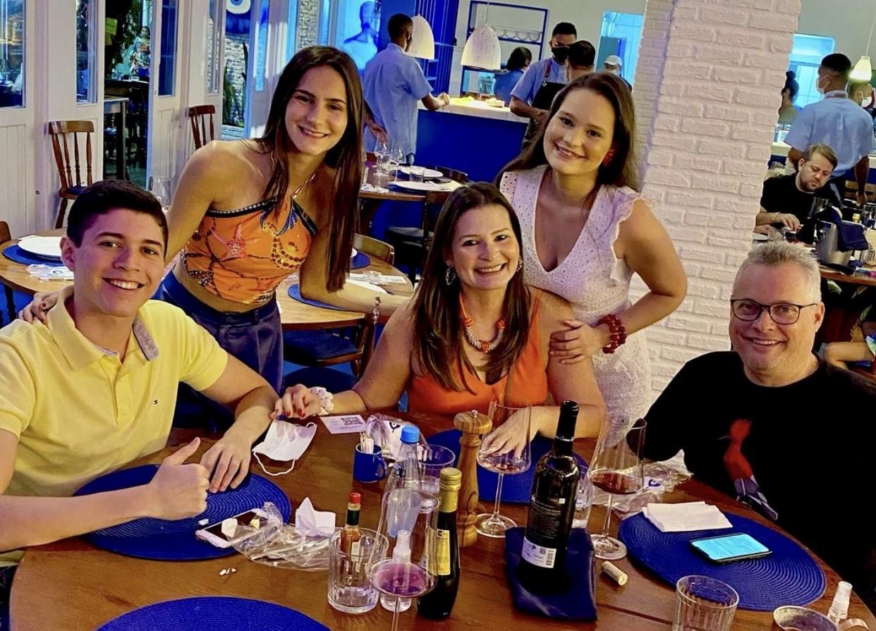 Em sessão relax na Pipa, Manu Costa na companhia dos filhos Larissa e Cláudio Filho, da nora Maria Antônia Rosado e do amado Fernando Amaral, degustando as delícias do restaurante Orfeus.
