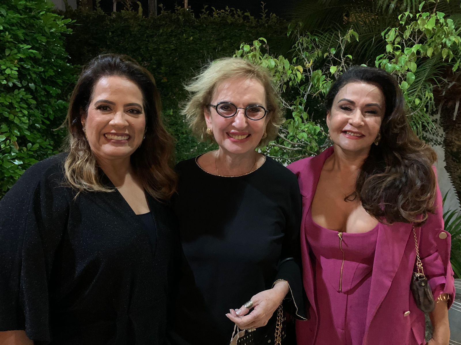 Na sessão parabéns para este colunista, no buffet Renata Motta, o trio querido das amigas Denise Lins, Anninha Melo e Márcia Marinho.