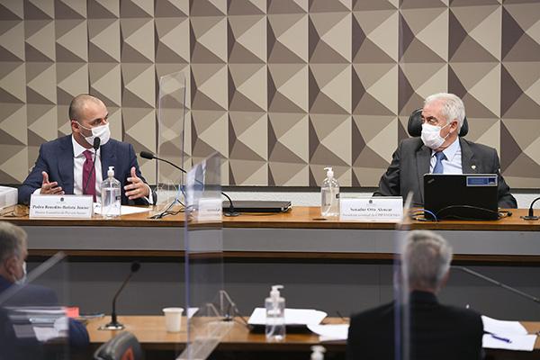 Pedro Benedito Batista Júnior (à esquerda) presta depoimento, no Senado,  para a Comissão Parlamentar de Inquérito da Pandemia