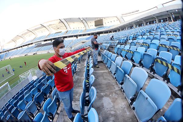Funcionários iniciaram o trabalho de interdição das cadeiras que não poderão ser usadas na Arena