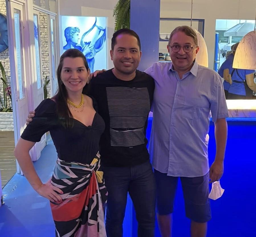O chefe Leonardo Campos recebe o casal Izabelly/Miranda Jr, no restaurante Orfeus Pipa.