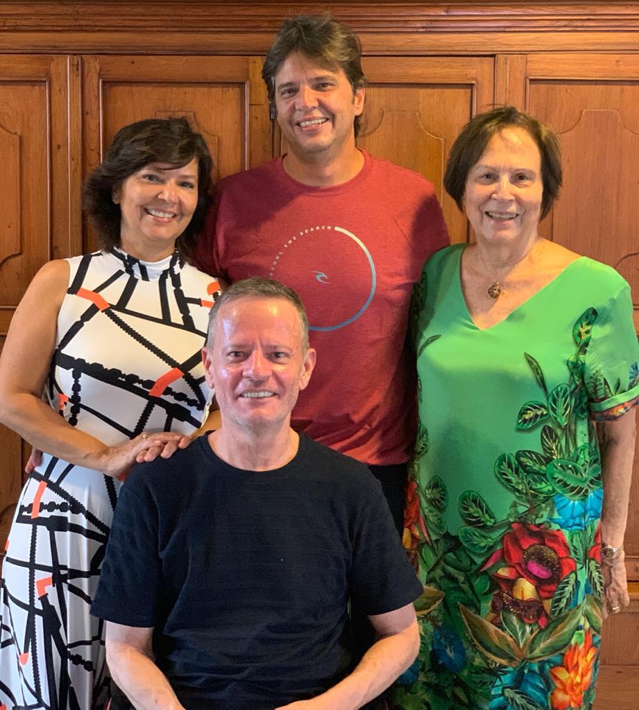 Aniversariante do dia, Tonico Bezerra divide as alegrias da data especial com os irmãos Elzinha e Haroldinho e a mãe Selma Sá Bezerra.