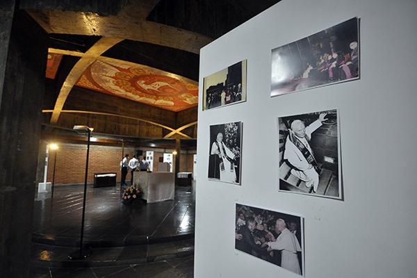 """A exposição """"Memórias do 12º Congresso Eucarístico Nacional"""" foi realizada ontem no subsolo da Catedral Metropolitana. Local foi abençado pelo papa """""""
