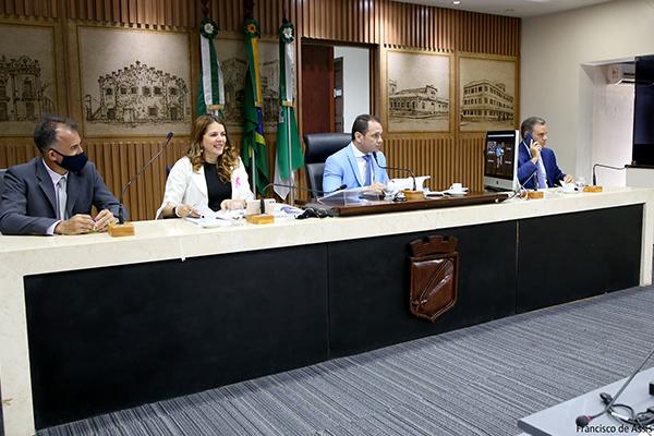 Kleber Fernandes (ao microfone) avaliou os aspectos jurídicos, legais e constitucionais do projeto